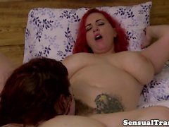 Analfingered tranny eats plumper babes pussy
