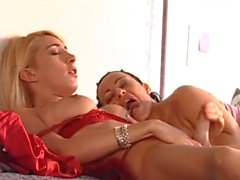 Chick strap-on fucks an italian tgirl